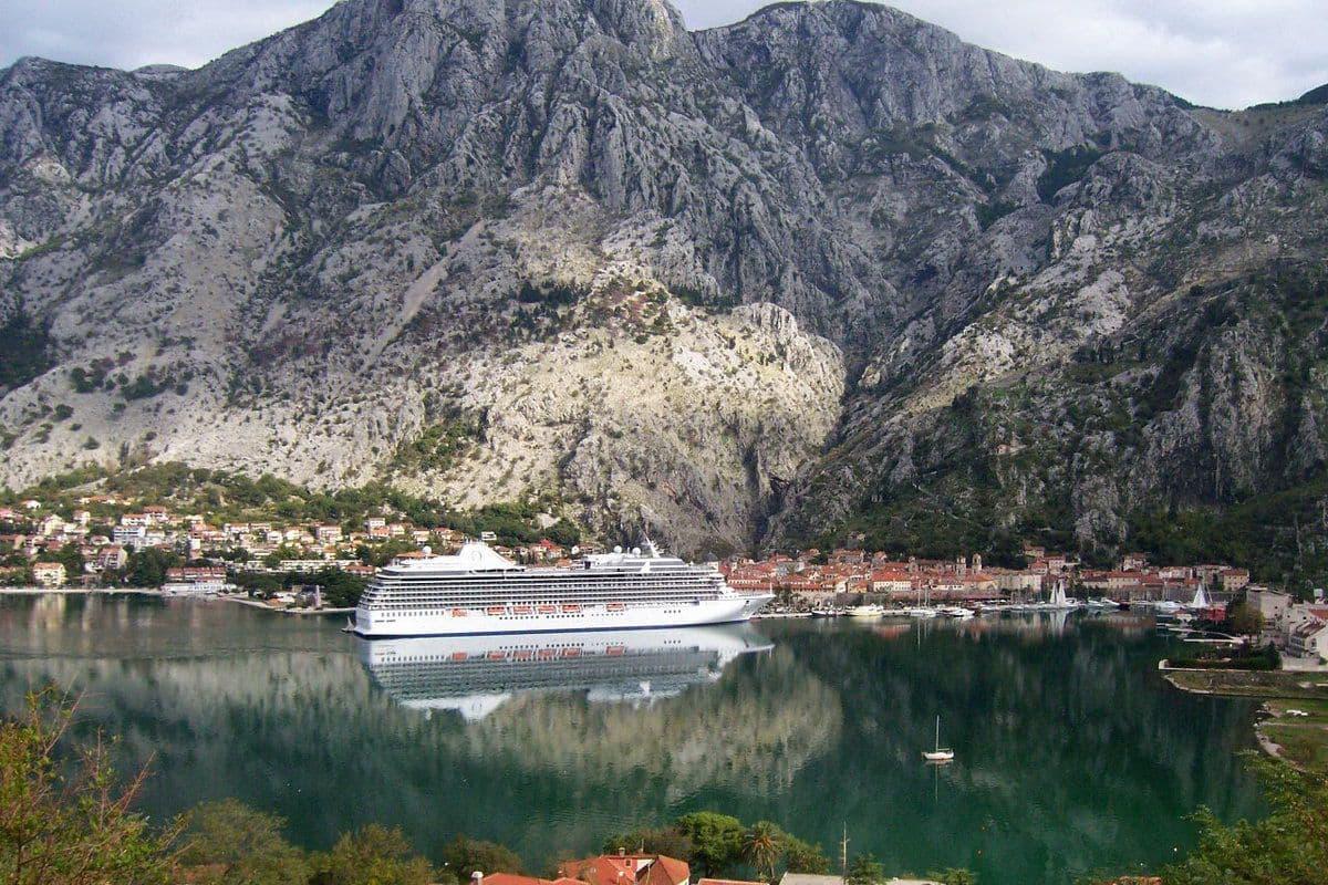 Порт города Котор в Черногории специализируется на круизных лайнерах