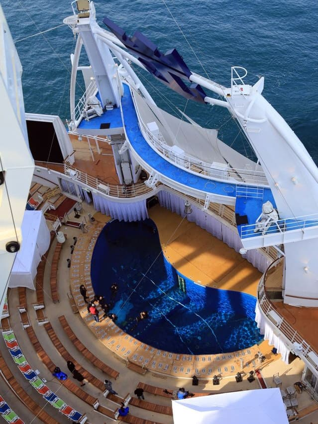 harmony-of-the-seas-aquatheater